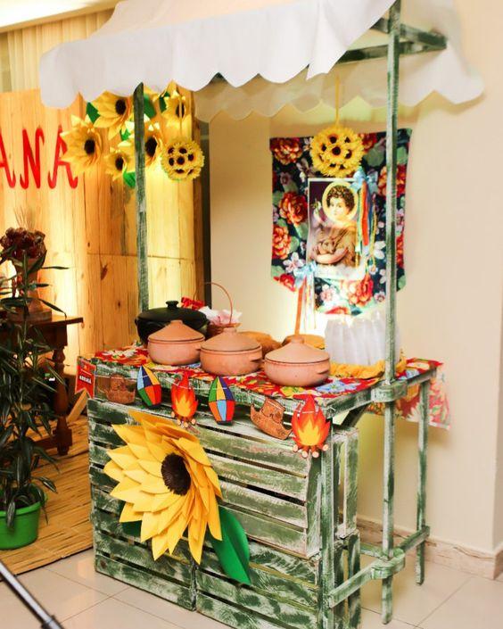 decoração de festa junina com barraca de pratos quentes