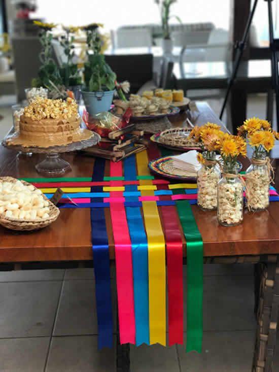 decoração com fitas de cetim para mesa de festa