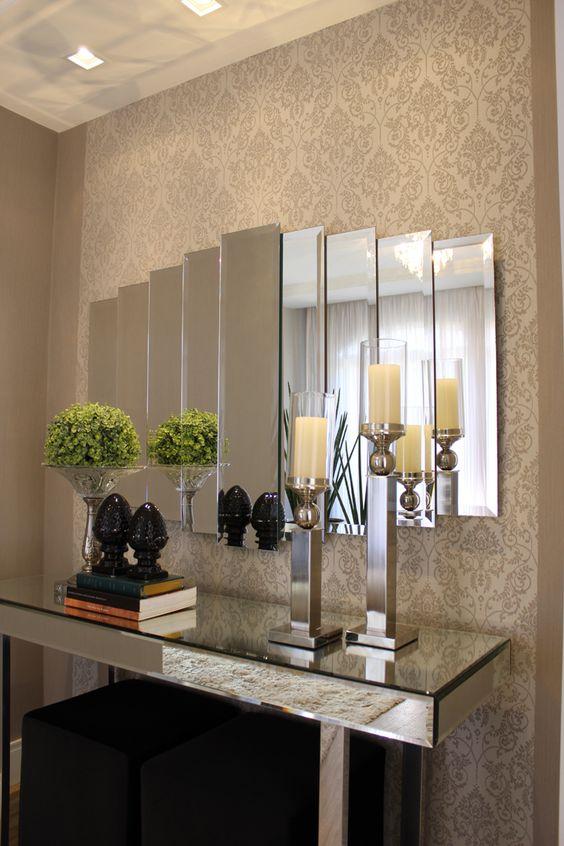 espelho bisotado em hall com papel de parede