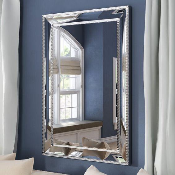 espelho bisotado em hall com parede azul