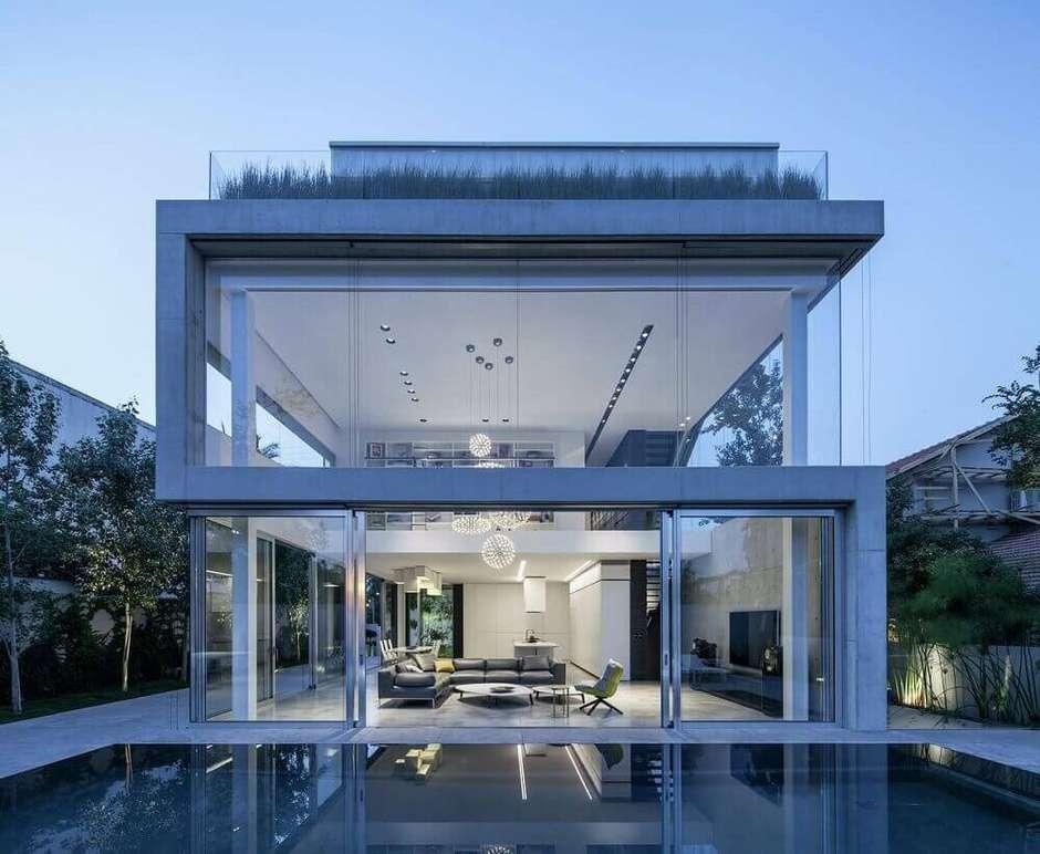 Casa de dois andares com parede de vidro.