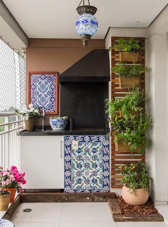 Horta feita com caixote em varanda,