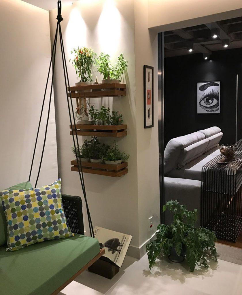 Sala decorada com horta.
