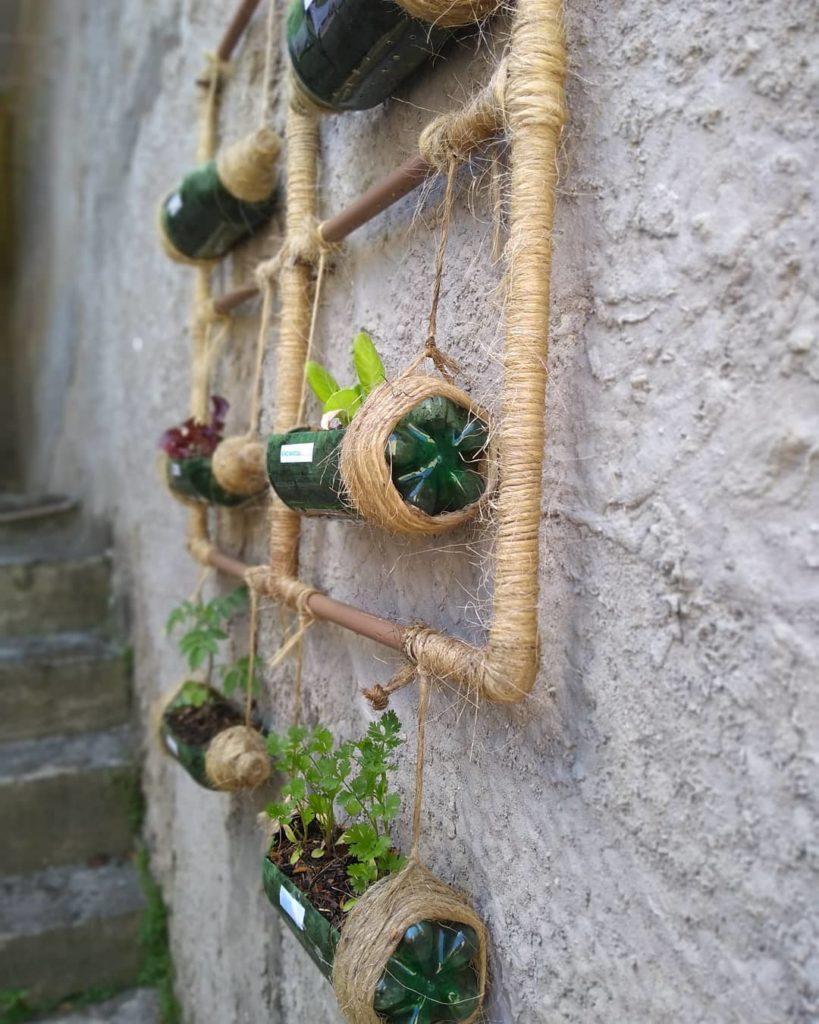 Horta feita com garrafas pet e sisal.