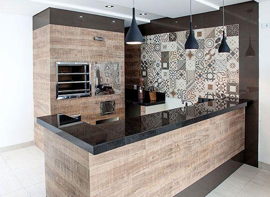 espaços gourmet com ilha em formato de L.