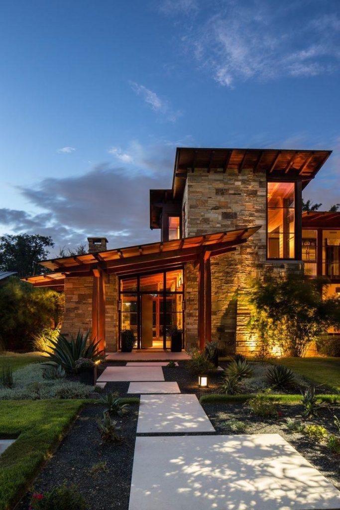Casa com fachada de pedras.