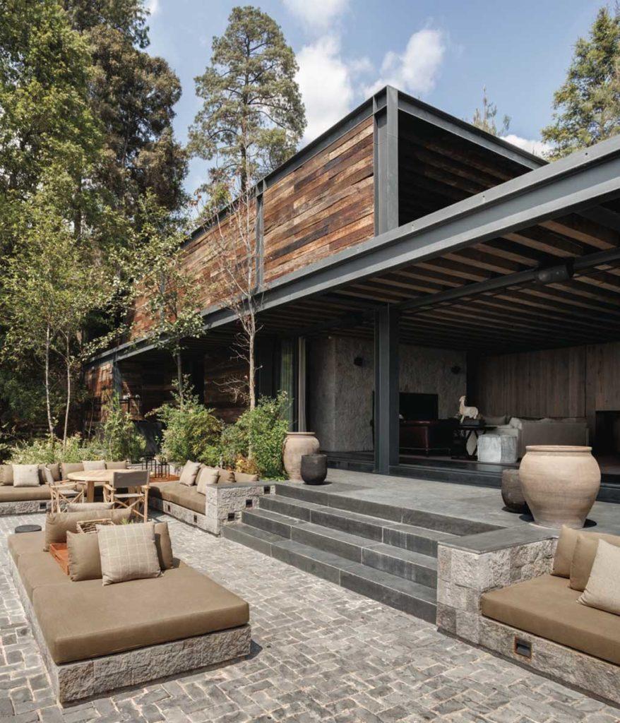 Casa de madeira com estrutura de metal aparente.