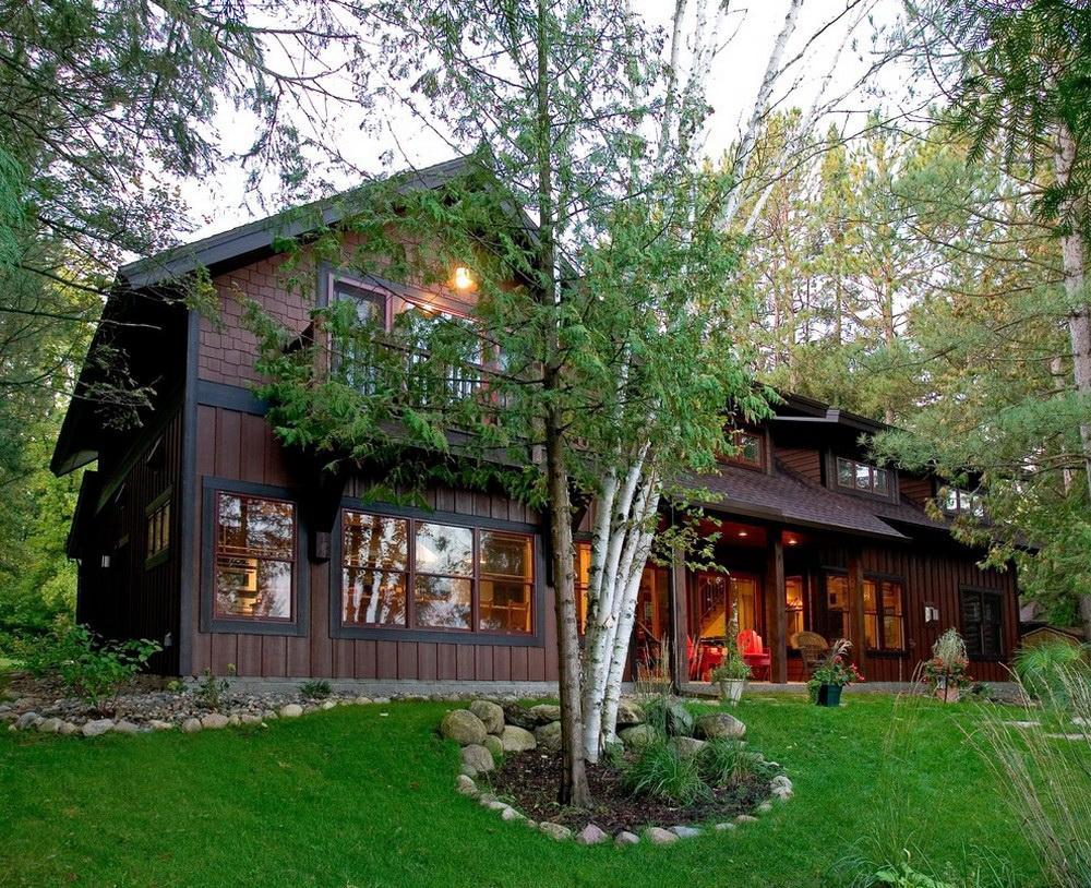 Casa no estilo rústico, no meio da floresta.