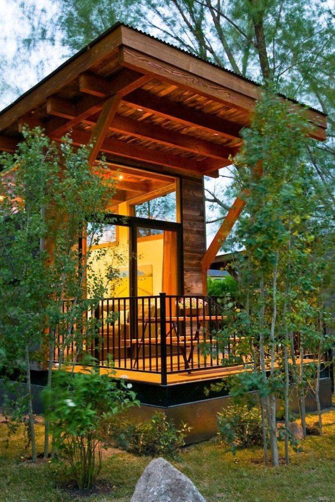 Varanda de casa de campo com telhado de madeira.