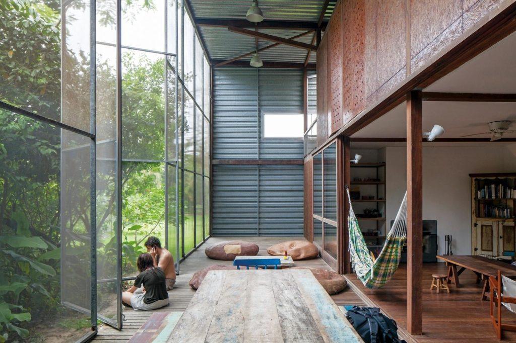 Interior de casa com parede de vidro.