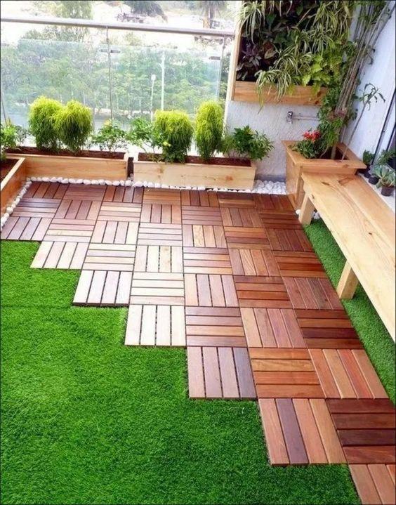 Jardim pequeno com deck, grama e madeira pínus.