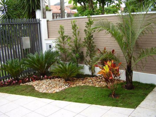 Jardim de canto na entrada da casa.