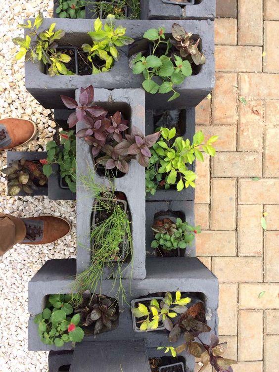 Bloco de concreto utilizados como jardim pequeno.