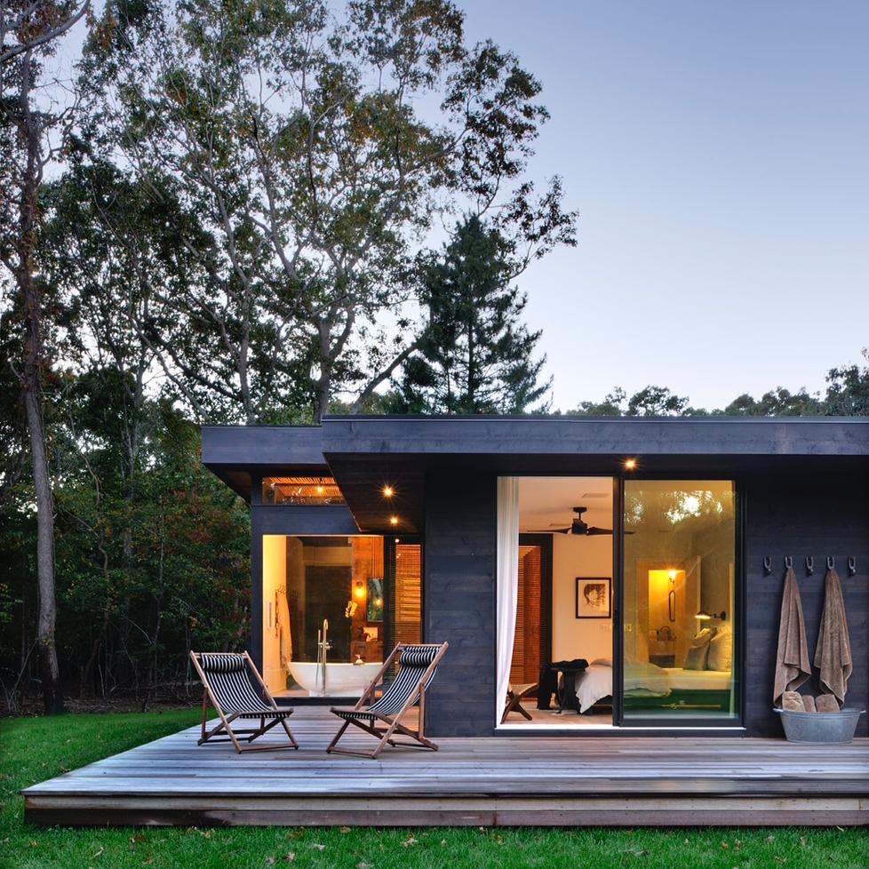 Casa de um andar, com varanda ampla.