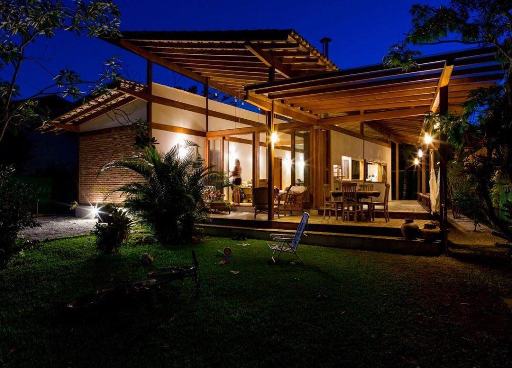 Casa com telhado em três níveis.
