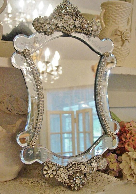 pequeno espelho com pedras de brilhantes