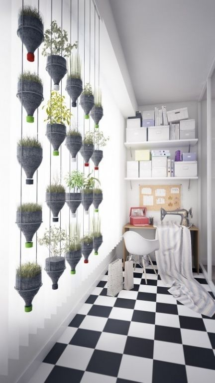 Horta vertical feita com estrutura de ferro e garrafas pet.