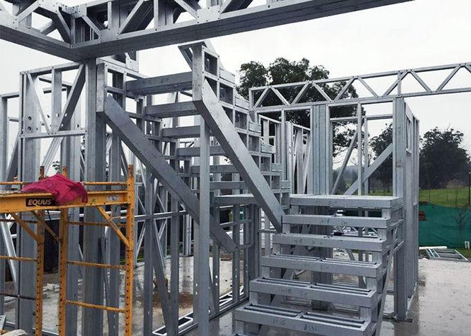 Casa em construção, com estrutura de metal.