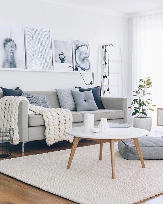 Sala decorada com manta de crochê em cima de sofá.