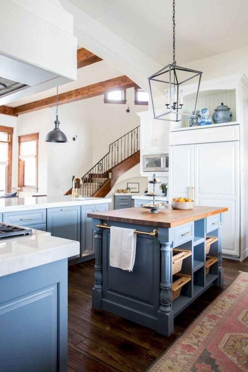 Cozinha pequena com ilha.