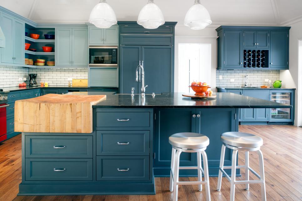 Cozinha com ilha azul.