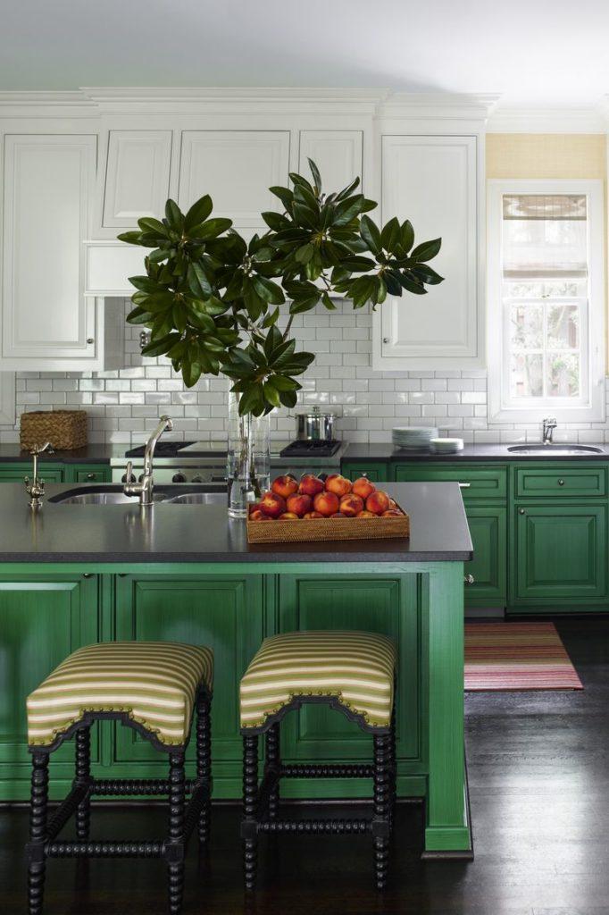 Cozinha com ilha central verde.