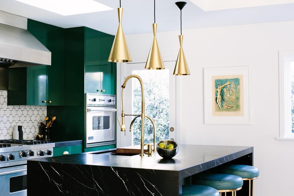 Cozinha com verde e dourado,
