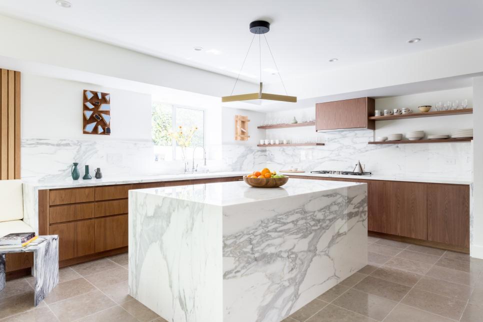 Cozinha com ilha de mármore.