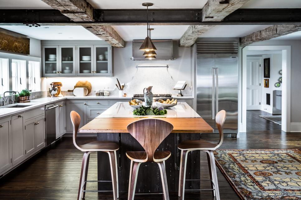 Cozinha grande com ilha.