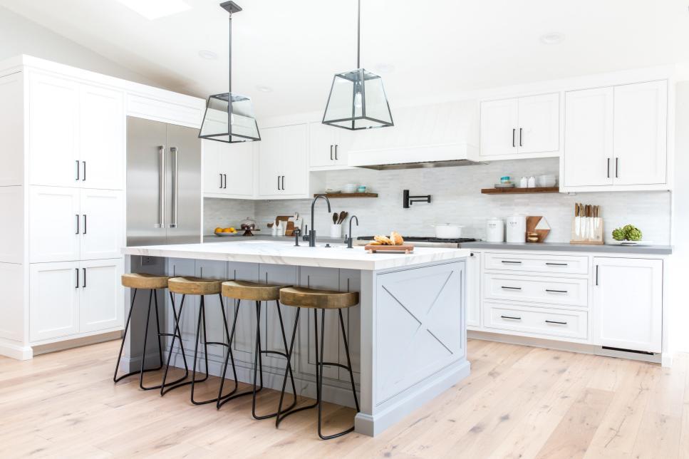 Cozinha branca, com detalhe em madeira e ferro.