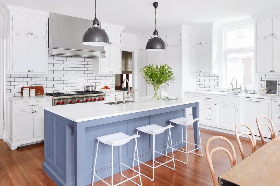 Cozinha branca, com madeira e tons de cinza.