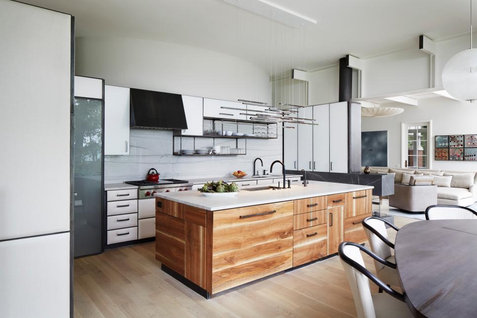 Cozinha brande com ilha de madeira.