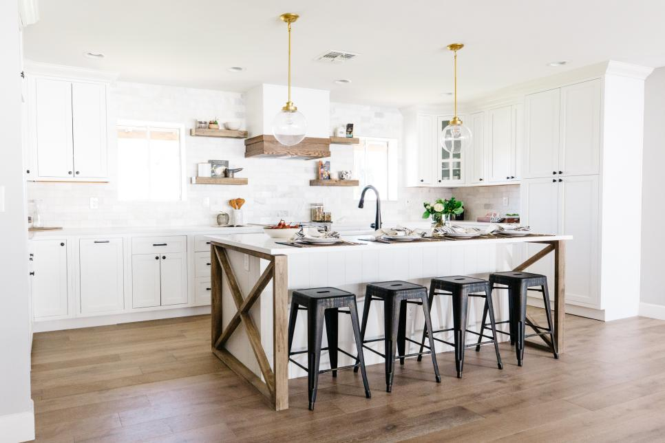 Cozinha branca com ferro, madeira e dourada.