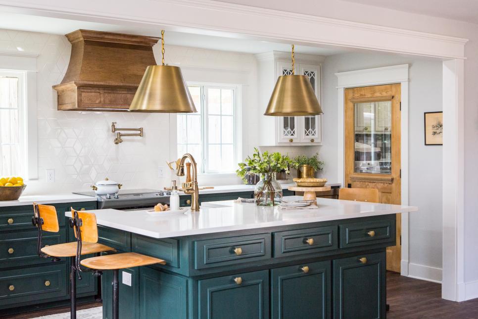 Cozinha combinando de verde, com dourado e madeira