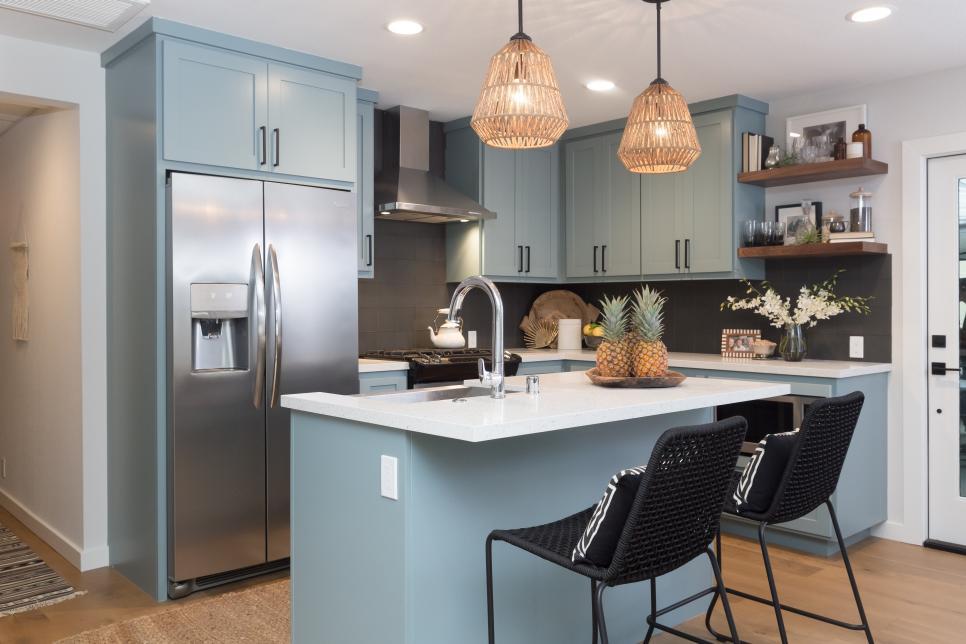 Cozinha com ilha cinza.
