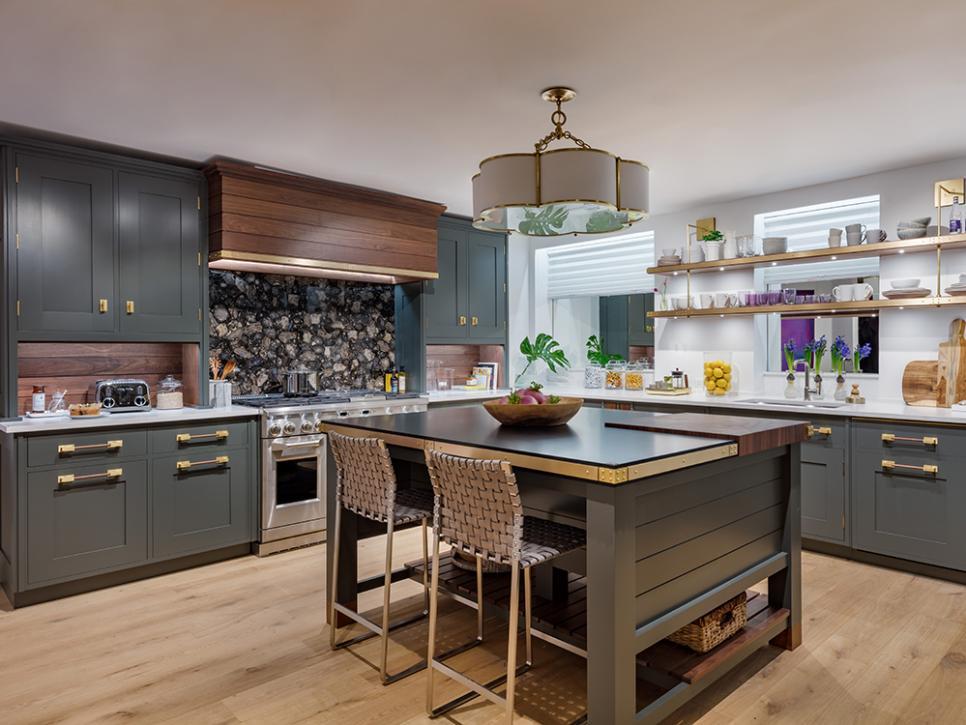 Cozinha com ilha verde e de madeira.