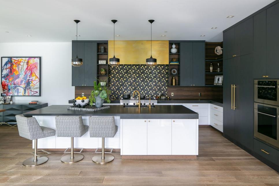 Cozinha com ilha integrada.