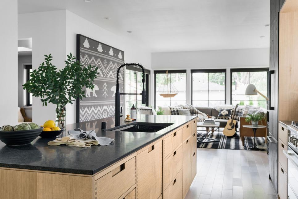 Cozinha com ilha preta,