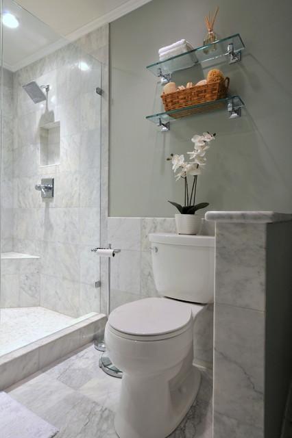 Banheiro com granito no piso e nas paredes.
