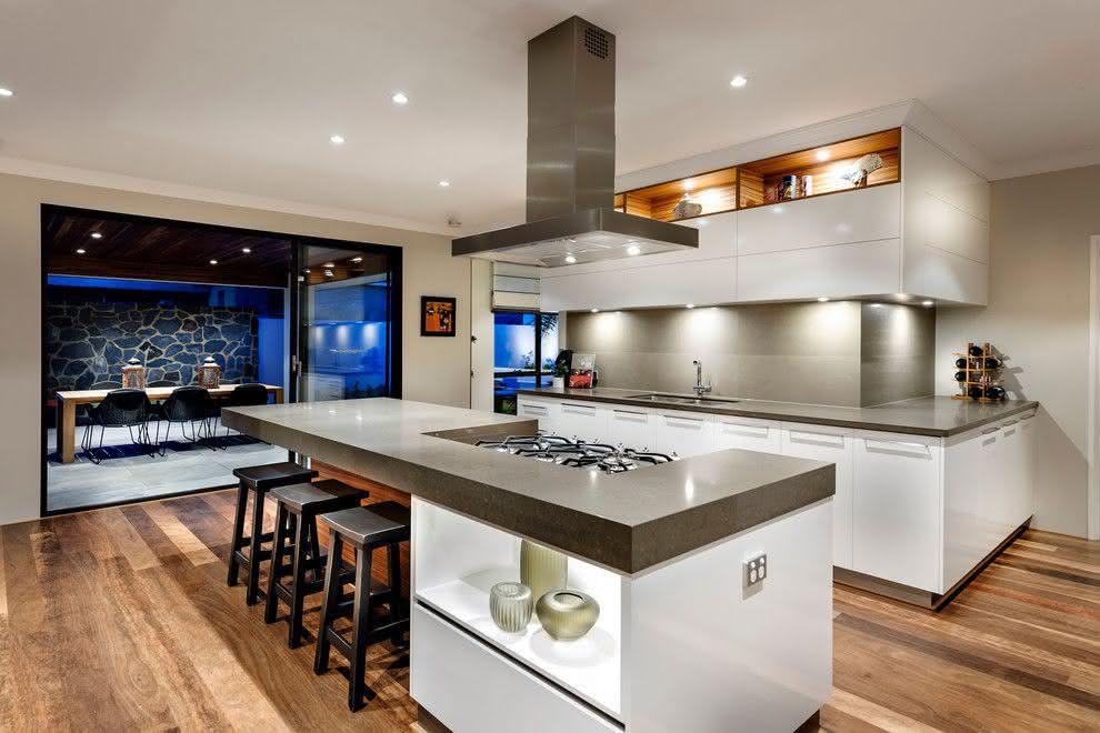 Cozinha grande e moderna.