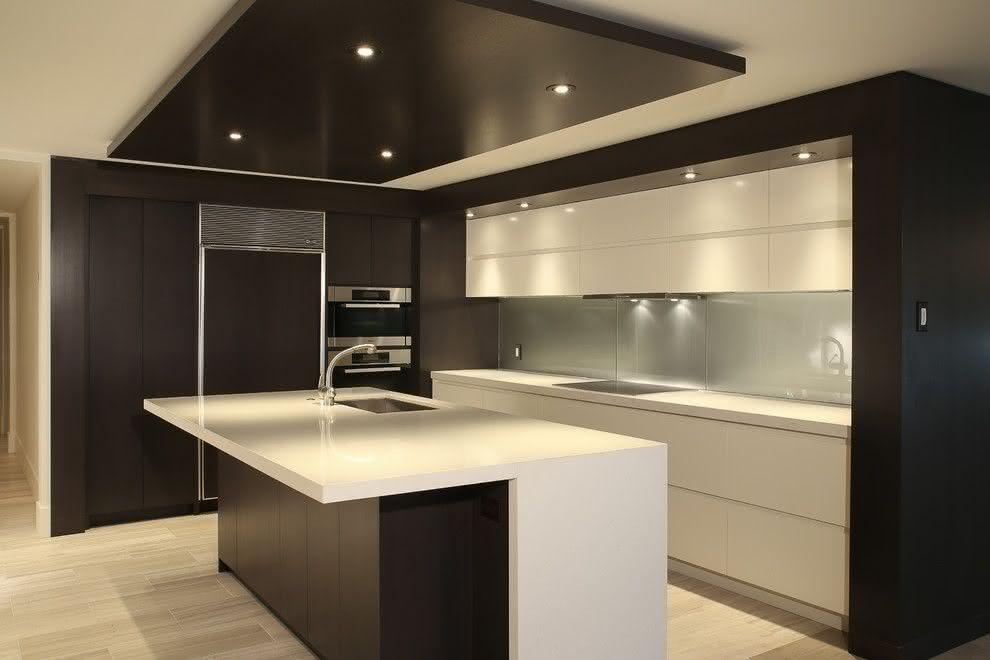 Cozinha preta e branca com ilha.