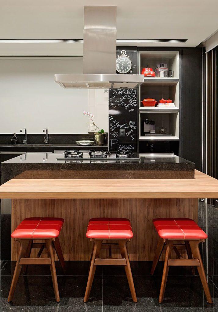 Cozinha média com ilha.