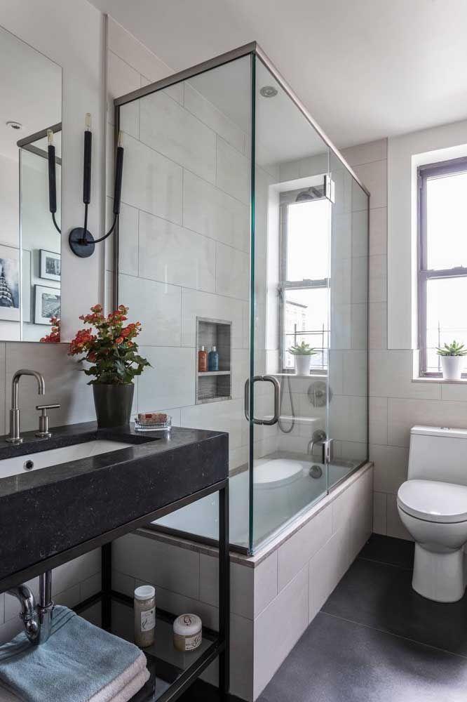 Banheiro com pia preta.
