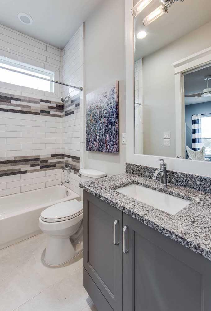 Banheiro com móvel cinza.