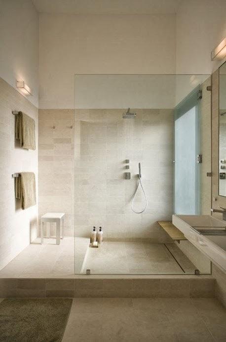 Banheiro com mármore travertino.