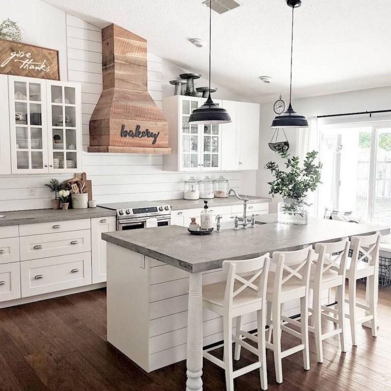 Cozinha clara com ilha.