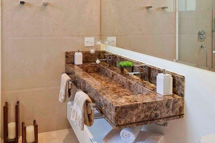 Pia de banheiro feita de granito.
