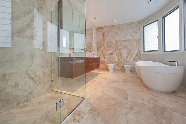 Banheiro todo revestido de mármore.
