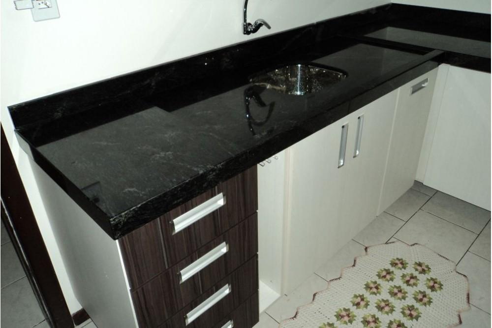 Pia de cozinha com granito preto.