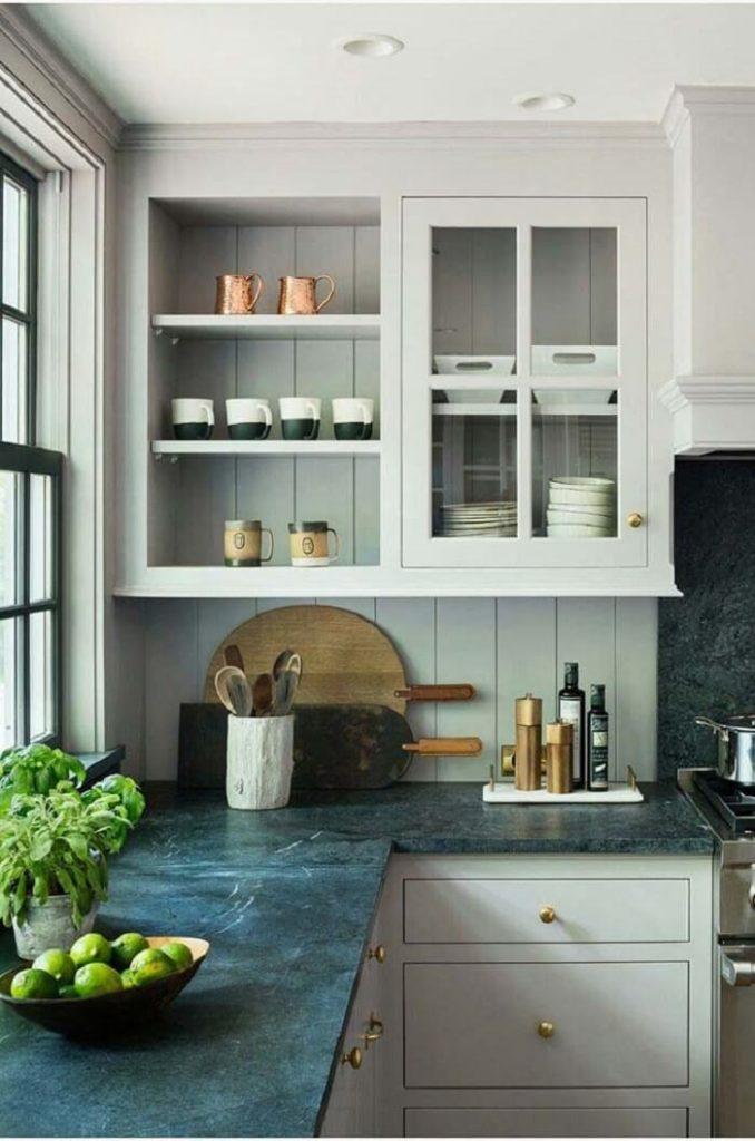 Balcão de cozinha com granito verde.